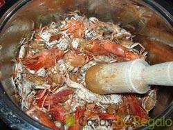 Cocemos los cangrejos y las cabezas de gambas machacándolas con un mazo de mortero