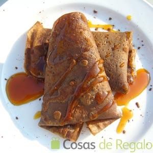 Receta de crepes de chocolate con helado de yogur y salsa de naranja