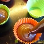 10- Rellenamos los moldes de Cupcakes con la masa de chocolate