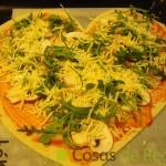 11- Rellenamos la pizza de San Valentín con la rúcula y el queso rallado