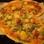 12- Tras un primer golpe de horno, vertemos los huevos de codorniz sobre la pizza de San Valentín