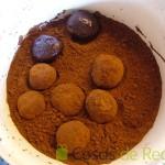 06- Rebozamos en cacao puro en polvo las Trufas de chocolate