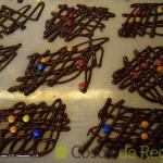 17- Colocamos virutas o perlas de chocolate sobre las decoraciones