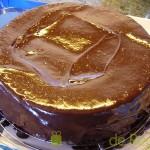 09- Cubrimos el bizcocho con la cobertura de chocolate