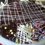 16- Apoyamos las decoraciones de chocolate sobre las paredes del bizcocho