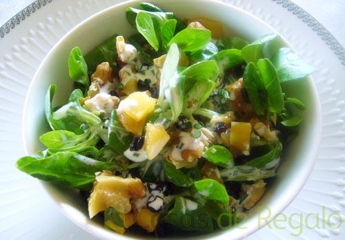 Receta de Ensalada de canónigos, manzana, frutos secos y crema Roquefort