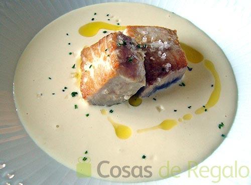 Receta de Ajoblanco con tataki de atún fresco