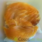 04 - Colocamos las lonchas de salmón sobre el rape extendido
