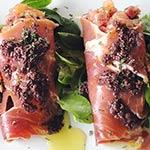 Conos de jamón con tomate y albahaca