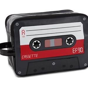 Neceser con forma de cassette: estilo retro para tu aseo personal